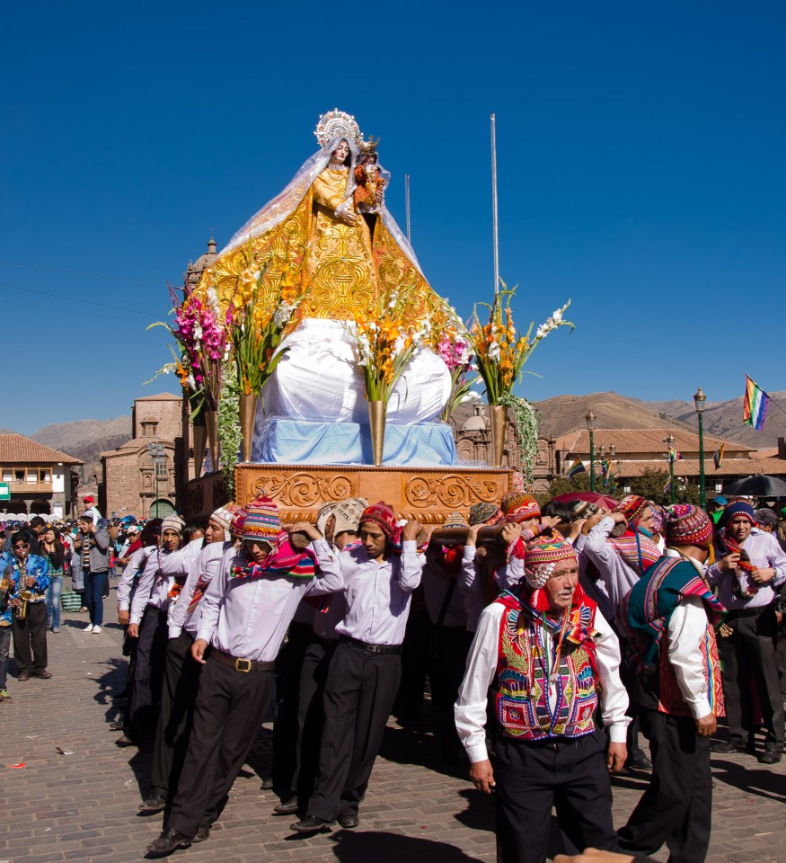Santa Ana and her devotees dressed in a blend of modern clothing and traditional Quechua dress.